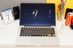 苹果电脑网站陈列的苹果手表新的显示 免版税库存照片