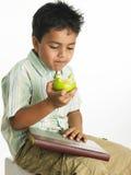 苹果男孩吃绿色 免版税库存照片