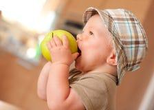 苹果男婴吃 免版税库存图片
