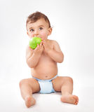 苹果男婴吃 库存图片
