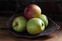 苹果的古典静物画照片在木篮子的 免版税图库摄影