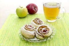 从苹果的玫瑰华饰在油酥点心 免版税库存图片