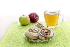 从苹果的玫瑰华饰在油酥点心 免版税图库摄影