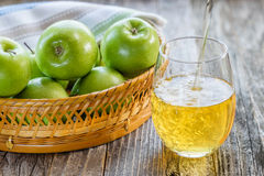 苹果篮子和一杯汁液 免版税图库摄影