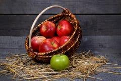 苹果篮子在木背景的 免版税库存照片