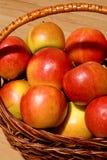 苹果篮子红色 免版税图库摄影