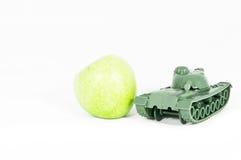 苹果绿保护坦克玩具 免版税库存图片