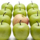 苹果绿化一个红色 免版税库存图片