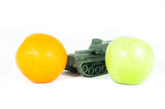 苹果绿的桔子保护坦克玩具 图库摄影