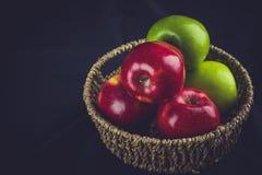 苹果绿色和红色在篮子的 免版税库存照片