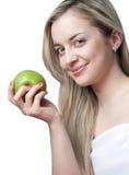苹果美丽的白肤金发的微笑的妇女 免版税库存图片