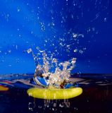 苹果背景下沉的飞溅
