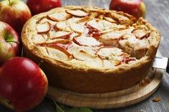 苹果背景烘烤特写镜头藏品查出显示白人妇女的饼红色 夏洛特 库存图片