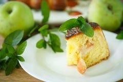 苹果背景烘烤特写镜头藏品查出显示白人妇女的饼红色 图库摄影