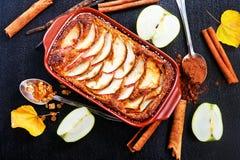 苹果背景烘烤特写镜头藏品查出显示白人妇女的饼红色 库存图片