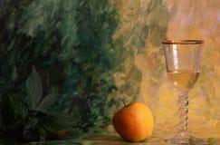 苹果背景被绘的酒 免版税库存照片