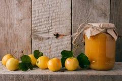 苹果自创果酱位于瓶子桌 果酱的准备为冬天 土气样式 图库摄影