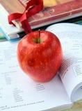 苹果英国红色成熟课本 免版税库存照片