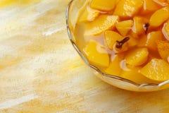 苹果蜜饯填装的玻璃碗 免版税图库摄影