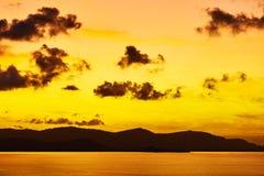 苹果覆盖花横向草甸本质星期日结构树 在海的热带橙色日落 旅行Thail 免版税库存照片