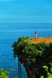 苹果覆盖花横向草甸本质星期日结构树 热带峭壁的,在海岛上的海岩石妇女 库存图片