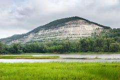 苹果覆盖花横向草甸本质星期日结构树 石山和绿色森林在河附近 免版税库存图片