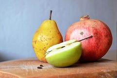 苹果计算机、梨和石榴 免版税库存照片