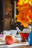 苹果计算机、茶和蛋糕在桌上 仍然1寿命 免版税库存图片