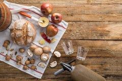 苹果计算机、蘑菇和面包与苏打在一张木桌上 图库摄影