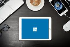 苹果计算机与与Linkedin app的iPad金子在屏幕上 免版税图库摄影