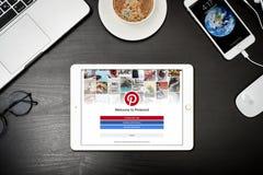 苹果计算机与与Pinterest app的iPad金子在屏幕上 库存照片