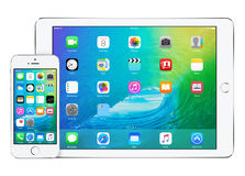 苹果计算机与iOS 9和iPhone 5s的iPad空气2 免版税图库摄影