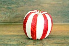 苹果计算机充塞了用乳脂干酪饮食食物 库存图片