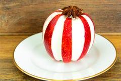 苹果计算机充塞了用乳脂干酪饮食食物 免版税库存照片