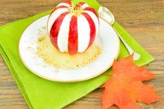 苹果计算机充塞了用乳脂干酪饮食食物 免版税图库摄影