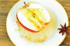 苹果计算机充塞了用乳脂干酪饮食食物 库存照片