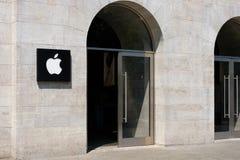 苹果计算机入口和商标/品牌象征在苹果计算机的存放门面 图库摄影