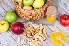 苹果计算机切削,新鲜的苹果、蜂蜜、牛奶、燕麦剥落和核桃 免版税库存图片