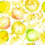 苹果计算机切片无缝的样式与飞溅 夏天苹果watercolored手凹道艺术背景 反复性的新鲜水果 免版税库存照片