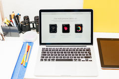 苹果计算机发射苹果计算机手表、MacBook视网膜和医学研究 库存照片