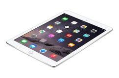 苹果计算机变成银色与iOS 8谎言的iPad空气2表面上,被设计 图库摄影