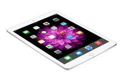 苹果计算机变成银色与iOS 8谎言的iPad空气2表面上,被设计 库存照片