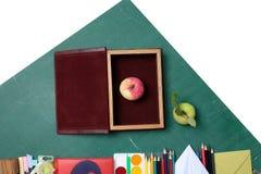 苹果计算机和学校文具 免版税库存图片