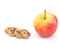 苹果计算机和巧克力曲奇饼,健康快餐选择 库存照片