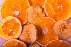 苹果计算机和橙色切片特写镜头  免版税库存照片