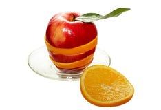 苹果计算机和橙色切片 免版税库存图片