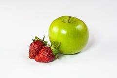 苹果计算机和草莓 免版税库存照片