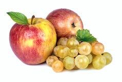 苹果计算机和葡萄在白色背景 免版税图库摄影