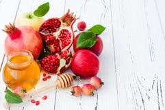 苹果计算机和蜂蜜,犹太新年- Rosh Hashana传统食物  复制空间背景 免版税库存图片