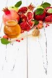 苹果计算机和蜂蜜,犹太新年- Rosh Hashana传统食物  复制空间背景 免版税库存照片